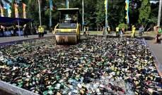 سحق آلاف زجاجات الكحول بواسطة محدلة في إندونيسيا