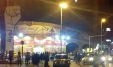 محتجون ينددون بالفساد والغلاء امام منازل عدد من السياسيين في طرابلس