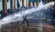 القوى الأمنية تستخدم خراطيم المياه لرشّ المتظاهرين بمحيط مجلس النواب