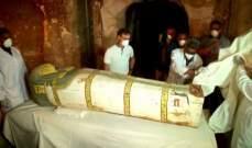 علماء آثار يرممون تابوتي مومياوات قبل عرضهما بمتحف جديد في مصر