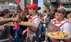 موظّفو السيسويت يوزّعون البقلاوة على المتظاهرين الّذين يقطعون اوتوستراد جونية