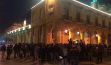 محتجون يقطع الطريق أمام بلدية بيروت بالاطارات المشتعلة