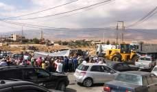 أهالي بلدتي القاع وراس بعلبك يعتصمون احتجاجا على محاولات السلب بقوة السلاح
