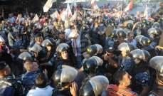العسكريون المتقاعدون يزيلون الخيمة التي نصبوها في ساحة الشهداء