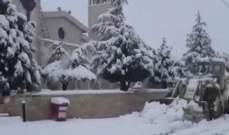 جرافات وزارة الأشغال جرفت الثلوج في بلدة عيناتا وفتحت الطريق الرئيسية