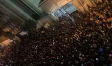 قوى مكافحة الشغب تحاول تفريق المتظاهرين أمام ثكنة الحلو بعد رمي المفرقعات باتجاه الثكنة