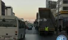 تجمع للشاحنات على اوتوستراد الدورة باتجاه الكرنتينا وعلى مستديرة السفارة الكويتية