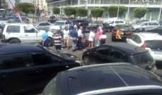 ناشطون من حراك صيدا يغلقون تقاطع إيليا بسياراتهم