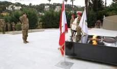 قائد الجيش وضع اكليلا من الزهر على نصب شهداء الجيش في وزارة الدفاع