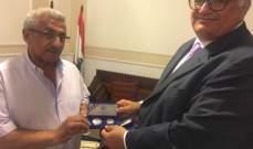 أسامة سعد يتسلم درع الكونغرس الأميركي اللبناني من مالك فرنسيس
