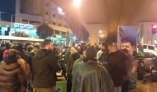 النشرة: مناصرو حركة أمل يتجمعون تحت جسر المشرفية