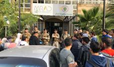 النشرة: مجموعة من المحتجين اعتصموا امام مداخل عدد من المرافق العامة في صيدا