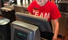 امرأة في التسعينات تعمل لدى مطعم للوجبات السريعة منذ 44 عاماً