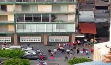 اعتصام ورمي حجارة أمام منزل ريفي بطرابلس وإطلاق نار بالهواء لتفريق المتظاهرين