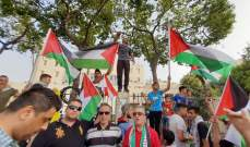النشرة: وقفة احتجاجية لعشرات الفلسطينيين أمام بلدية صيدا رفضا لقرار وزير العمل