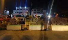 النشرة: محتجون اقفلوا مثلث جب جنين كامد اللوز ببلوكات إسمنت مزروعة ورد