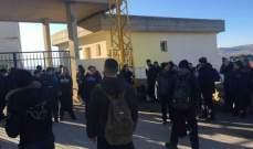 النشرة: طلاب دير الأحمر نظموا وقفة احتجاجية أمام ثانوية البلدة