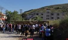 النشرة: اعتصام لعدد من المحتجين عند مثلث سوق الخان استنكارا للأوضاع الاقتصادية والمعيشية