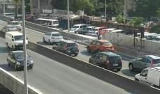 تعطل مركبة على جسر الكولا باتجاه المدينة الرياضية وحركة المرور كثيفة