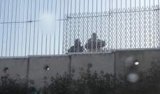 النشرة: ورشة إسرائيلية استأنفت تركيب أعمدة حديدية وأسلاك شائكة على الجدار العازل