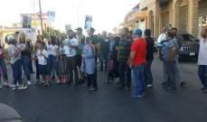 النشرة: قطع طريق رياق للمطالبة بمتابعة ملف علي درويش المسجون في اميركا