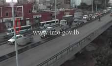 تعطل سيارة على جسر الكولا باتجاه المدينة الرياضية وحركة المرور كثيفة