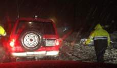 انقاذ عائلة مؤلفة من 4 أشخاص بينهم طفلين علقت بالثلوج بعيون السيمان