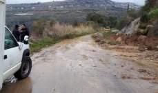 جرف أتربة وصخور وتسهيل حركة المرور  على طريق الفوارة-كفرنبرخ