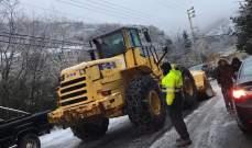 الدفاع المدني ينقذ مواطنين كانوا عالقين في الثلوج في عدد من المناطق