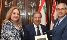 الكعكي تسلم من جمعية الحضارة كتاب مؤتمر التقاعد العسكري المبكر