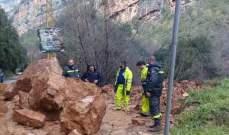 فرق الدفاع المدني عملت على جرف أتربة وصخور على طريق عام وادي نهر إبراهيم
