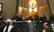 البرلمانيون الايرانيون یحضرون في مجلس الشوری الاسلامي بزي الحرس الثوري