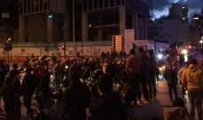 النشرة: المتظاهرون يقطعون الطريق عند تقاطع برج المر