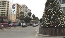 بلدية صيدا ترفع شجرة الميلاد في ساحة إيليا