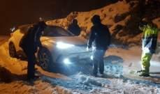 الدفاع المدني يعمل على انقاذ محتجزين على طريق مشمش عنايا