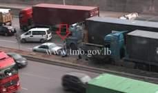 جريح نتيجة تصادم بين شاحنتين وسيارة على اوتوستراد الرئيس لحود باتجاه الكرنتينا