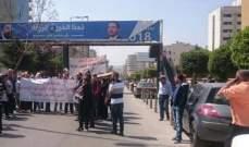 النشرة: الاساتذة المتعاقدون يقطعون الطريق امام سرايا طرابلس
