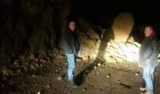 قطع طريق نهر إبراهيم يحشوش بسبب تساقط الصخور