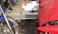 ثلاثة جرحى نتيجة حادث سير بين سيارة ودراجة نارية على طريق عام حراجل