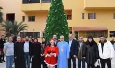 بلدية العباسية أضاءت شجرة الميلاد ووزعت الهدايا على الاطفال