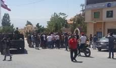 شبان قطعوا طرقا مؤدية إلى سوق بعلبك احتجاجا على مقتل شاب