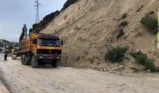انهيارات صخرية وترابية جديدة من جبل مار الياس على اوتوستراد حامات