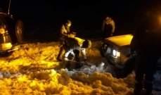 إنقاذ مواطنين حاصرتهم الثلوج داخل 8 سيارات على طريق المغيته - ضهر البيدر