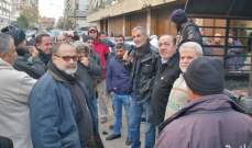 عمال بلدية طرابلس نفذوا الإضراب وتجمعوا أمام المرأب في القصر البلدي