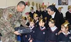 الجيش: توزيع معاطف شتوية على عدد من طلاب المدارس في مختلف المناطق