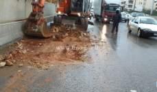 التحكم المروري: ازالة الصخور والاتربة على اوتوستراد الصياد باتجاه بيروت