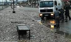 النشرة: ارتفاع الموج ووصوله إلى رصيف الكورنيش البحري بصيدا والعمل على إزالة المخلفات