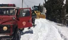 الدفاع المدني تعمل على فتح طرقات غمرتها الثلوج في أعالي كسروان