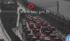 التحكم المروري: انزلاق مركبة و اصطدمها بالحائط على أوتوستراد اميل لحود