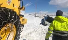 الدفاع المدني: سحب سيارة علقت بين الثلوج على الطريق بين جباع ومرستي وأخرى بضهور زحلة